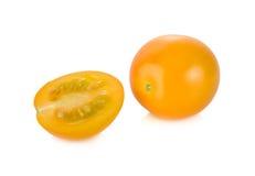 Ολόκληρη και μισή ντομάτα κερασιών περικοπών φρέσκια κίτρινη στο άσπρο backgroun Στοκ εικόνα με δικαίωμα ελεύθερης χρήσης