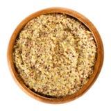 Ολόκληρη μουστάρδα της Ντιζόν σιταριού στο ξύλινο κύπελλο πέρα από το λευκό στοκ φωτογραφίες