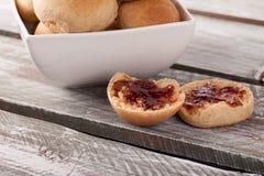 Ολόκληροι ρόλοι γευμάτων σίτου με τη μαρμελάδα pluot Στοκ Εικόνες