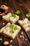 Ολόκληρο κέικ ανανά γεύματος με τα αμύγδαλα Στοκ Εικόνες
