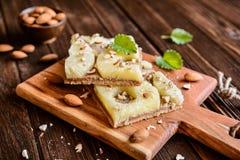 Ολόκληρο κέικ ανανά γεύματος με τα αμύγδαλα Στοκ εικόνα με δικαίωμα ελεύθερης χρήσης