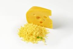 Ολόκληρο και ξυμένο τυρί Στοκ Φωτογραφία