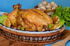 Ολόκληρο ψημένο κοτόπουλο που γεμίζεται με το φαγόπυρο και τα μανιτάρια Στοκ εικόνες με δικαίωμα ελεύθερης χρήσης