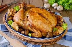 Ολόκληρο ψημένο κοτόπουλο που γεμίζεται με το φαγόπυρο και τα μανιτάρια Στοκ Εικόνες