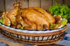 Ολόκληρο ψημένο κοτόπουλο που γεμίζεται με το φαγόπυρο και τα μανιτάρια Στοκ Φωτογραφία