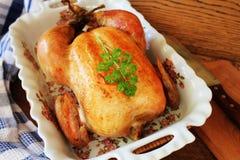 Ολόκληρο ψημένο κοτόπουλο στο μαγείρεμα casserole του πιάτου στοκ εικόνες