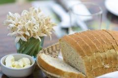 Ολόκληρο ψωμί σίτου στον πίνακα γευμάτων στοκ φωτογραφίες με δικαίωμα ελεύθερης χρήσης