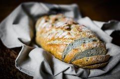 Ολόκληρο ψωμί σιταριού στο αγροτικό υπόβαθρο στοκ φωτογραφία με δικαίωμα ελεύθερης χρήσης