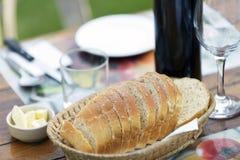 Ολόκληρο ψωμί ύφανσης στον πίνακα γευμάτων στοκ φωτογραφίες με δικαίωμα ελεύθερης χρήσης