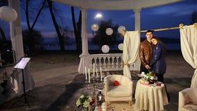 Ο όμορφοι τύπος και το κορίτσι τακτοποίησαν μια ρομαντική ημερομηνία στο πάρκο απόθεμα βίντεο