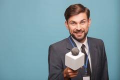 Ο όμορφος αρσενικός δημοσιογράφος ζητά τη συνέντευξη Στοκ Φωτογραφία