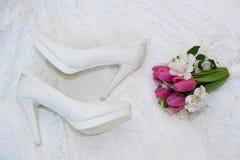 Ο όμορφος γάμος χτυπά κοντά στην ανθοδέσμη Στοκ Φωτογραφίες