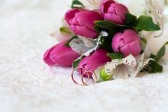 Ο όμορφος γάμος χτυπά κοντά στην ανθοδέσμη Στοκ Εικόνες