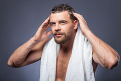 Ο όμορφος γενειοφόρος τύπος φροντίζει του hairstyle του Στοκ εικόνα με δικαίωμα ελεύθερης χρήσης