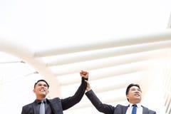 Ο όμορφος εκτελεστικός επιχειρηματίας κρατά τον υπάλληλό του, επιχειρησιακές νεολαίες στοκ φωτογραφία με δικαίωμα ελεύθερης χρήσης