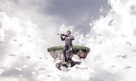 Ο όμορφος επιχειρηματίας παίζει τη μύγα αεροπλάνων μελωδίας του και εγγράφου γύρω Στοκ Εικόνες
