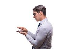 Ο όμορφος επιχειρηματίας που εργάζεται το κινητό τηλέφωνο που απομονώνεται με στο λευκό Στοκ Φωτογραφίες