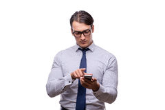 Ο όμορφος επιχειρηματίας που εργάζεται το κινητό τηλέφωνο που απομονώνεται με στο λευκό Στοκ Εικόνα