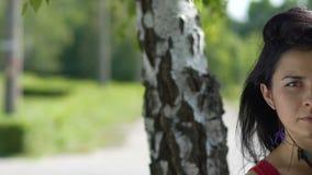 Ο όμορφος θηλυκός μισός πυροβολισμός προσώπου, θέση για το κείμενο αγγελιών, κάμερα πορτρέτου γυναικών κοιτάζει απόθεμα βίντεο