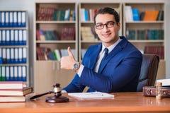 Ο όμορφος δικαστής με gavel τη συνεδρίαση στο δικαστήριο Στοκ Εικόνες