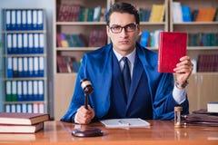 Ο όμορφος δικαστής με gavel τη συνεδρίαση στο δικαστήριο Στοκ Φωτογραφία