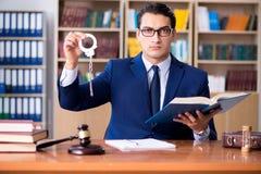 Ο όμορφος δικαστής με gavel τη συνεδρίαση στο δικαστήριο Στοκ φωτογραφίες με δικαίωμα ελεύθερης χρήσης