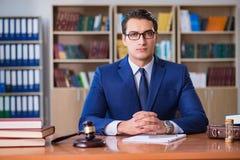 Ο όμορφος δικαστής με gavel τη συνεδρίαση στο δικαστήριο Στοκ εικόνες με δικαίωμα ελεύθερης χρήσης