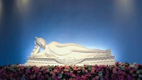 Ο όμορφος και ειρηνικός ξαπλώνοντας Βούδας σε Wat Pha Sorn Kaew μέσα Στοκ εικόνες με δικαίωμα ελεύθερης χρήσης