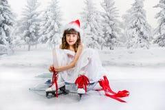 ο όμορφος κρύος πηγαίνοντας πάγος ανασκόπησης απομόνωσε την ελαφριά φυσική κάνοντας πατινάζ λευκή γυναίκα Στοκ φωτογραφία με δικαίωμα ελεύθερης χρήσης