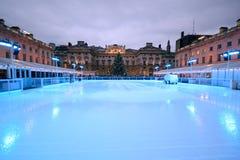 ο όμορφος κρύος πηγαίνοντας πάγος ανασκόπησης απομόνωσε την ελαφριά φυσική κάνοντας πατινάζ λευκή γυναίκα Στοκ Φωτογραφία