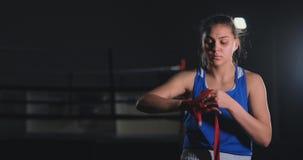 Ο όμορφος μαχητής γυναικών που προετοιμάζεται για τη μάχη σε σε αργή κίνηση κουρδίζει σε ετοιμότητα του που εγκιβωτίζουν τους επι απόθεμα βίντεο