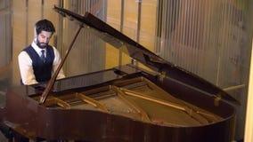 Ο όμορφος μουσικός ατόμων παίζει το πιάνο απόθεμα βίντεο