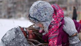 Ο όμορφος νέος μπαμπάς και η μικρή χαριτωμένη κόρη του έχουν τη διασκέδαση υπαίθρια το χειμώνα Απολαμβάνοντας το χρόνο εξόδων μαζ απόθεμα βίντεο