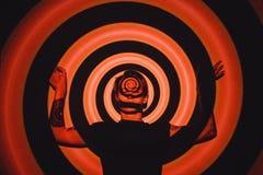Ο όμορφος νεαρός άνδρας πορτρέτου, μάτια έκλεισε, στον τρόπο περισυλλογής zen, σε ένα κόκκινο μαύρο σπειροειδές υπόβαθρο Στοκ φωτογραφίες με δικαίωμα ελεύθερης χρήσης