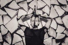 Ο όμορφος νεαρός άνδρας πορτρέτου, μάτια έκλεισε, στον τρόπο περισυλλογής zen, σε ένα κόκκινο μαύρο σπειροειδές υπόβαθρο Στοκ εικόνα με δικαίωμα ελεύθερης χρήσης