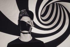 Ο όμορφος νεαρός άνδρας πορτρέτου, μάτια έκλεισε, στον τρόπο περισυλλογής zen, σε ένα κόκκινο μαύρο σπειροειδές υπόβαθρο Στοκ φωτογραφία με δικαίωμα ελεύθερης χρήσης