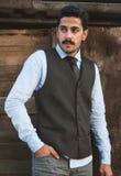 Ο όμορφος νεαρός άνδρας mustache έχει τη διασκέδαση υπαίθρια Στοκ φωτογραφία με δικαίωμα ελεύθερης χρήσης