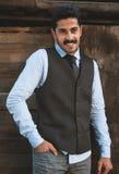 Ο όμορφος νεαρός άνδρας mustache έχει τη διασκέδαση υπαίθρια Στοκ Φωτογραφία