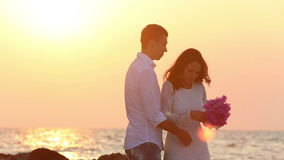 Ο όμορφος νεόνυμφος αγκαλιάζει την όμορφη νύφη brunette του φιλμ μικρού μήκους