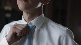 Ο όμορφος νεόνυμφος καθορίζει τον μπλε δεσμό τόξων του Γαμήλιο πρωί o απόθεμα βίντεο