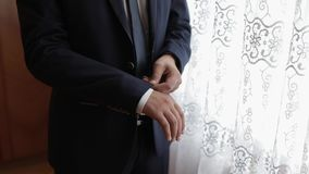 Ο όμορφος νεόνυμφος καθορίζει το σακάκι του Γαμήλιο πρωί o o απόθεμα βίντεο