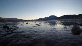 Ο όμορφος πάγος κάλυψε το τοπίο ποταμών στα τέλη του φθινοπώρου στη βαθιά αγριότητα αρκτικών κύκλων με το κρύα ρέοντας νερό και τ φιλμ μικρού μήκους