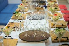Ο όμορφος πίνακας συμποσίου τομέα εστιάσεως με τα διαφορετικά τρόφιμα τσιμπά και ορεκτικά που διακοσμούνται για το κόμμα εορτασμο Στοκ εικόνες με δικαίωμα ελεύθερης χρήσης