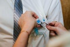Ο όμορφος πρώτος χρόνος νεόνυμφων συναντά τη νύφη του σε την Στοκ Εικόνα