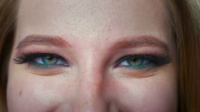Ο όμορφος ρυθμός κινηματογραφήσεων σε πρώτο πλάνο της καυκάσιας γυναίκας, μάτια στα καλλυντικά που εξετάζουν τη κάμερα στράφηκε μ φιλμ μικρού μήκους