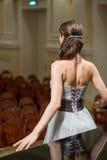 Ο όμορφος τραγουδιστής οπερών είναι πίσω στη αίθουσα συναυλιών Στοκ φωτογραφία με δικαίωμα ελεύθερης χρήσης