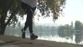 Ο όμορφος τύπος αρχίζει να τρέχει από μια χαμηλή έναρξη στο πάρκο απόθεμα βίντεο