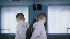 Ο όμορφος τύπος είναι συναισθηματικός χορός χορού που στέκεται κοντά στον καθρέφτη στο στούντιο χορού Πρόβα του σύγχρονου χορού απόθεμα βίντεο