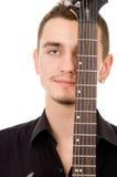 Ο όμορφος τύπος σκέφτεται, πατημένος στην κιθάρα στοκ φωτογραφίες
