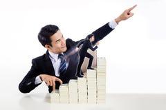 Ο όμορφος τύπος στο επιχειρησιακό κοστούμι παρουσιάζει δάχτυλο περπατώντας επάνω το σκαλοπάτι α Στοκ εικόνες με δικαίωμα ελεύθερης χρήσης